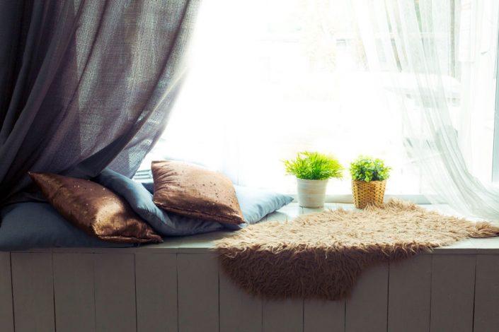 klupa uz prozor kao praktican kutak za odmor
