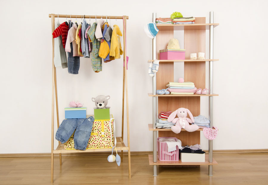 otvorene police za stvari za bebu