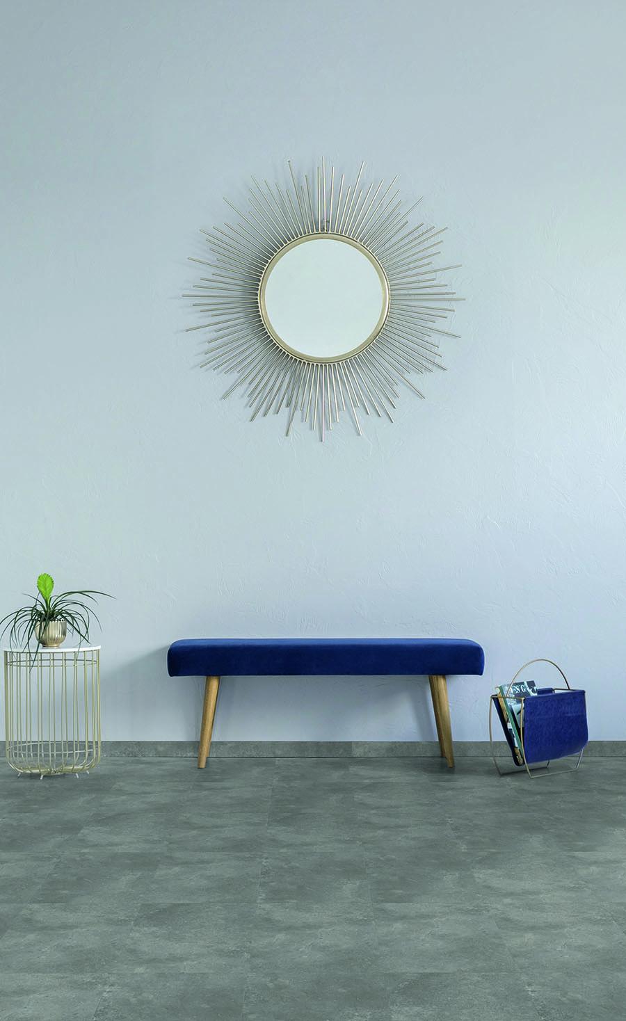 pantone-klasično-plava-u-hodniku-LVT-pod
