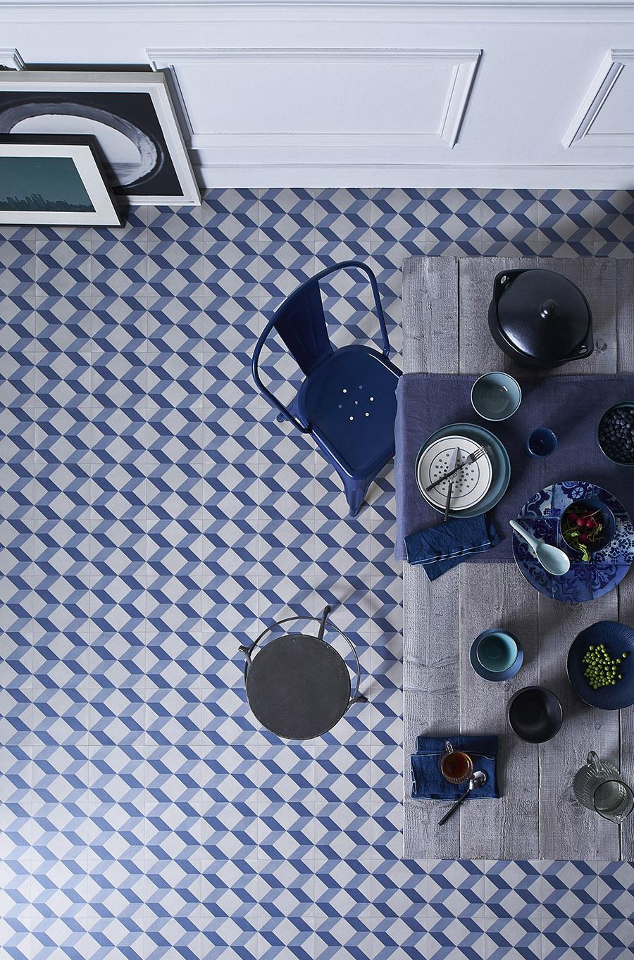 vinil-u-kuhinji-klasično-plava-boja-u-trendu-enterijer