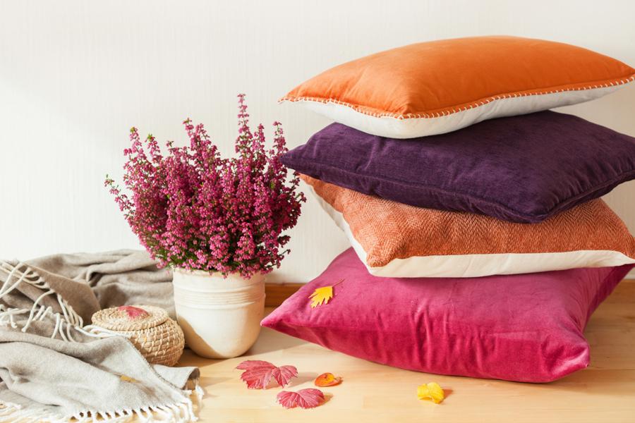 Jastuci ukrasi koji oplemenjuju kutak